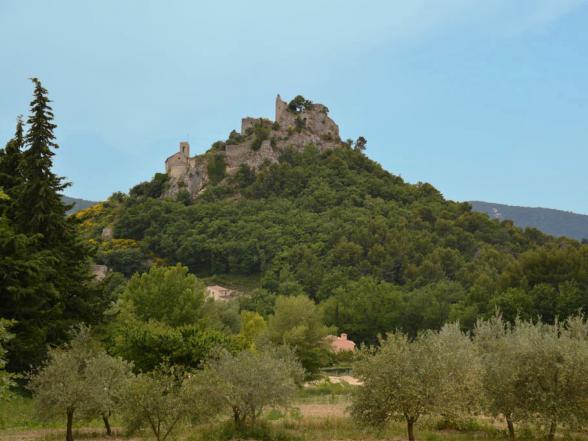 zicht op het kasteel van Entrechaux vanaf het huis