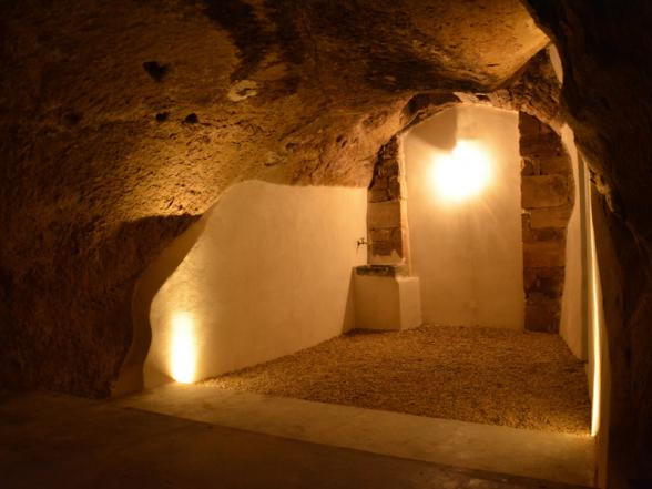 proeflokaal in de kelder uitgehouwen in de rotsen