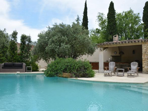 rustig gelegen vakantiehuis huren in de Provence met groot zwembad en buitenkeuken