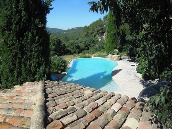 zwembad met panorama uitzicht in Zuid-Frankrijk