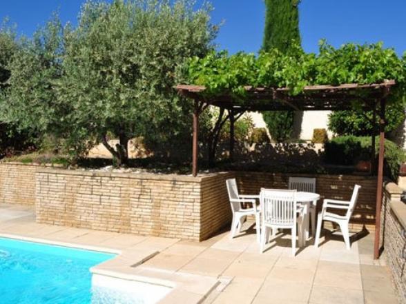 zonnig zwembad in de Provence