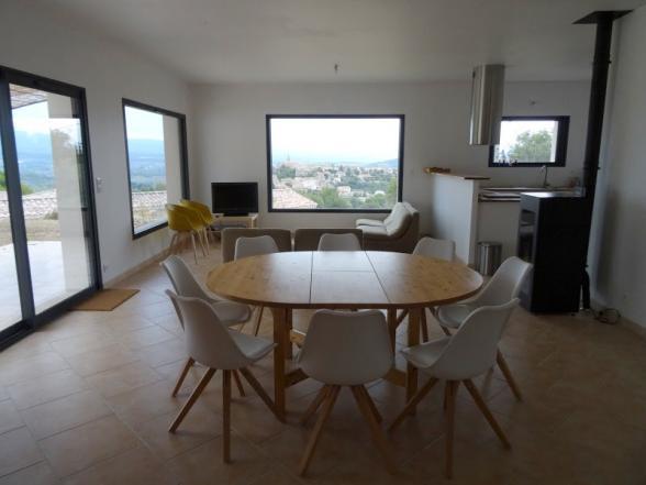 leefruimte met een prachtig panaramisch zicht op de Ventoux en het dorp Crillon-le-Brave