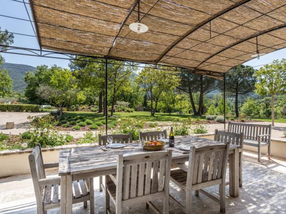 vakantie provence huur design villa met grote tuin en zwembad in de Luberon