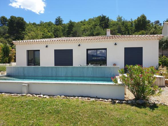moderne gelijkvloerse villa met airco en zwembad te huur in Blauvac