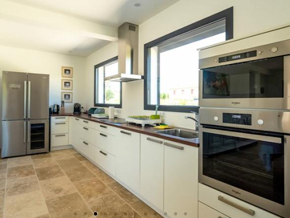 moderne gelijkvloerse en rolstoeltoegankelijke villa met airco en verwarmd zwembad te huur in Blauvac
