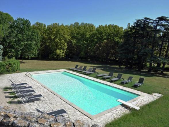 groot zwembad, vlakbij de woning in het park