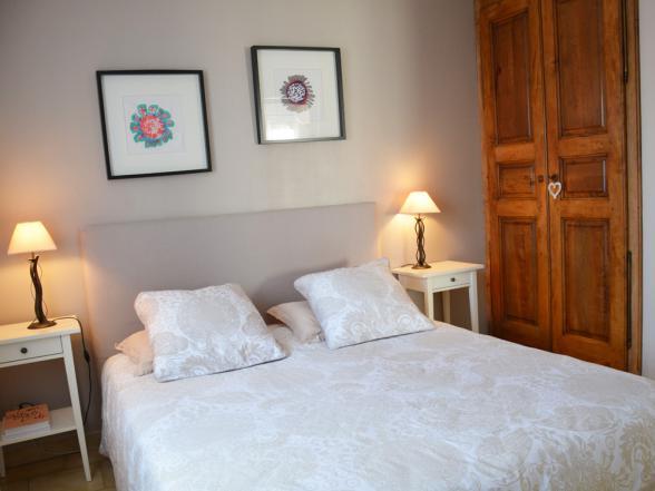 eerste slaapkamer met een tweepersoonsbed