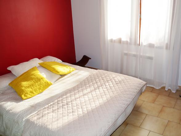 tweede slaapkamer met een tweepersoonsbed