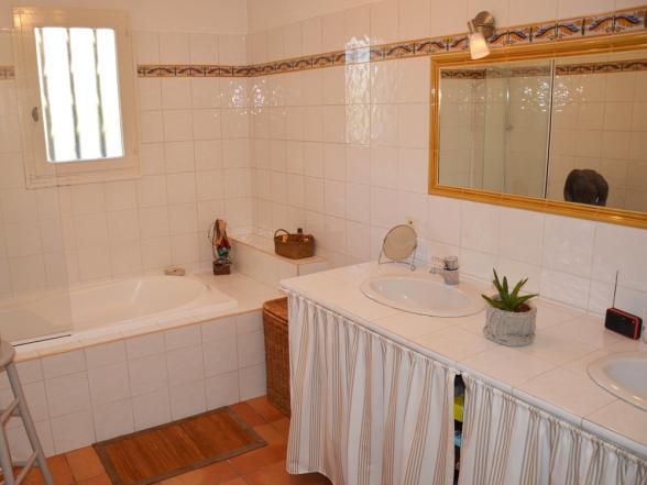 badkamer met dubbele lavabo en bad met douche