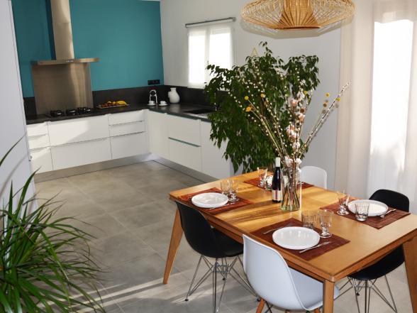 moderne open keuken met eetplaats