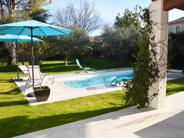 volledig omheinde, groene tuin met zwembad