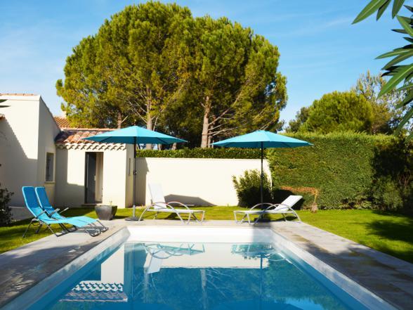 mooi zwembad, vlakbij het terras en het huis