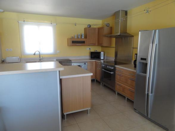 open keuken met o.a. twee vaatwasmachines en Amerikaanse ijskast