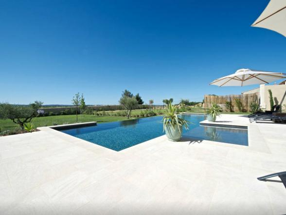 genieten van het prachtige uitzicht aan het zwembad