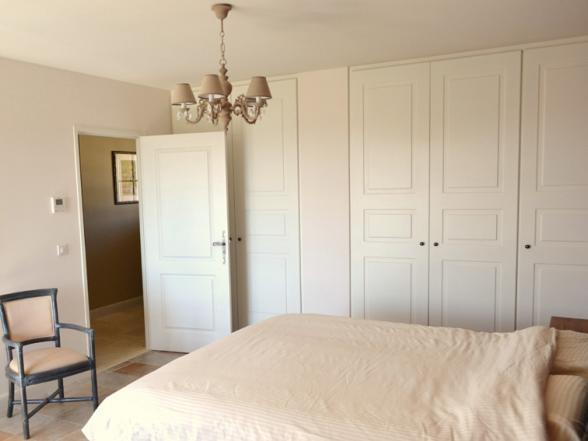 één van de vier slaapkamers met grote boxspringbedden