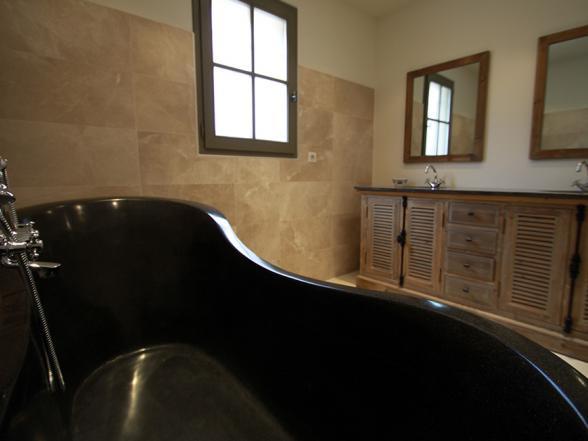 badkamer met grote retro badkuip