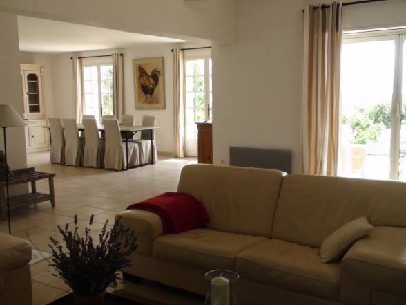 ruime woonkamer met toegang tot het terras
