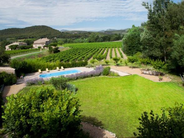 zicht op de tuin van de vakantiewoning in Crestet en de Mont Ventoux