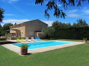 Provençaalse dubbelwoonst voor 14 personen, rustig gelegen in een volledig omheinde tuin met zwembad