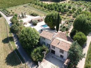 groot vakantiehuis met verwarmd zwembad huren voor 15 personen in het Provençaalse dorpje Mormoiron, op enkele kilometers van het bij Belgen en Nederlanders geliefde Bédoin